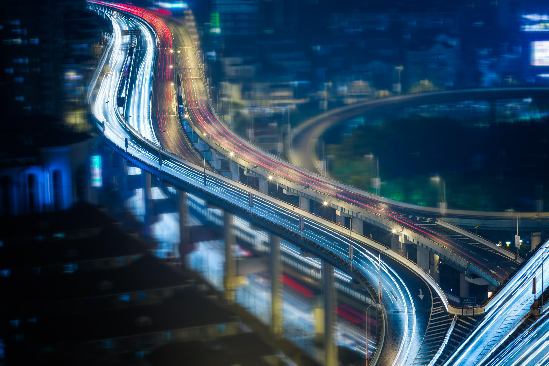 Brücke von oben und fahrende Autos - mit reinem Gewissen Emissionsfrei Auto fahren, dabei unterstützt Sie die Unternehmensgruppe HEITZIG & HEITZIG