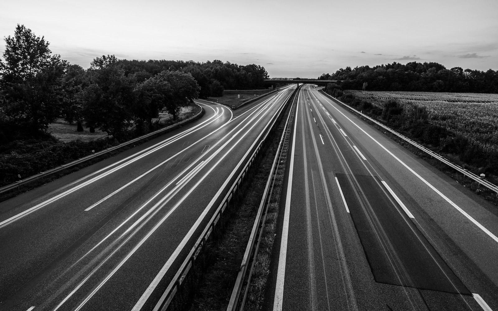 Straße ohne Autos - HEITZIG & HEITZIG berät Unternehmen, die auf emissionsfreie E-Mobilität umsteigen wollen