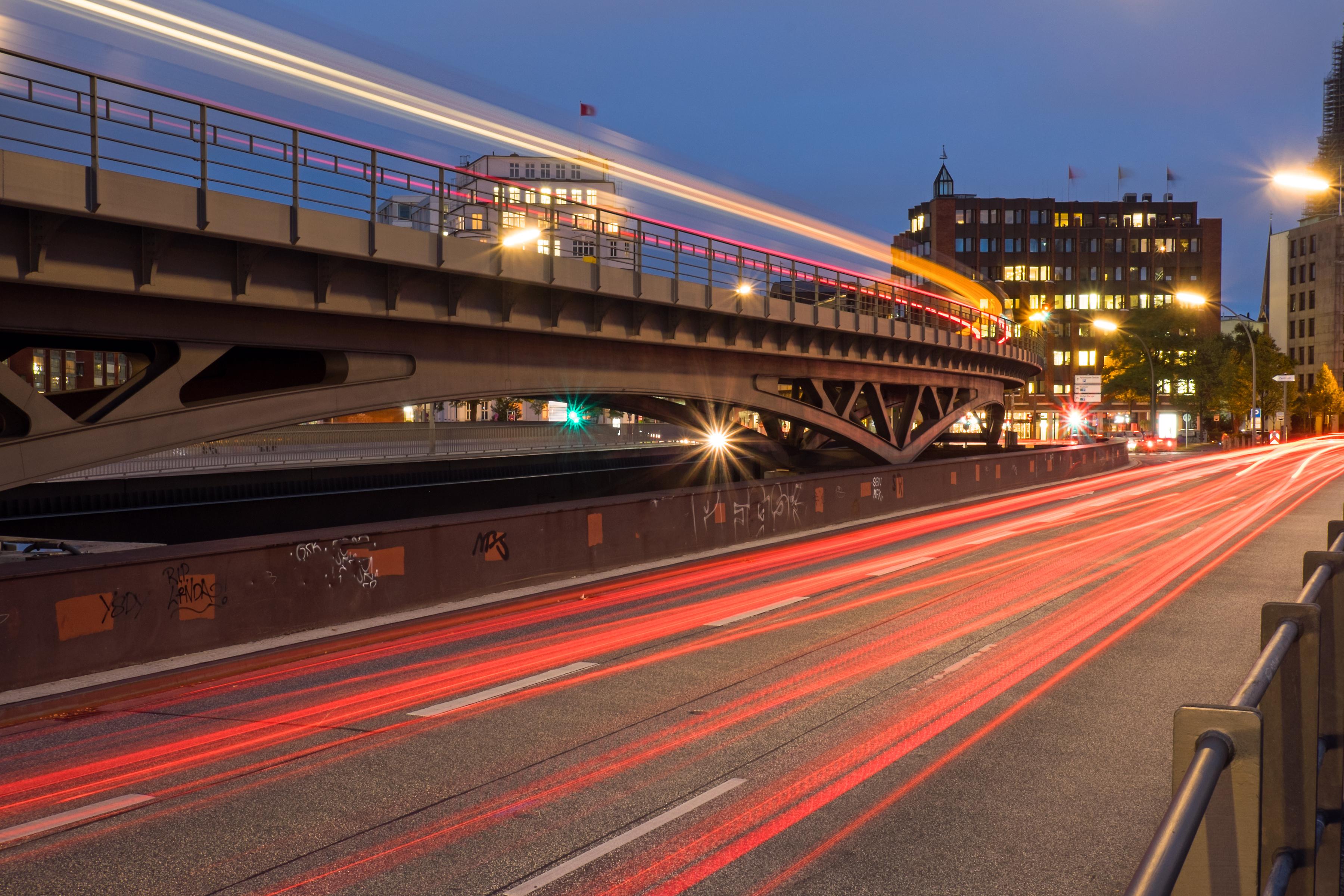 Straße und Lichter der Autos - NRW untersützt Sie bei der Umstellung auf Elektromobilität und die Unternehmensgruppe HEITZIG & HEITZIG berät Sie gerne